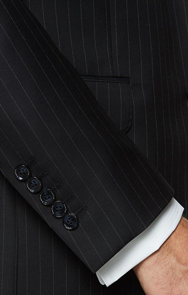 Dopasowany garnitur wełniany w pionowe prążki