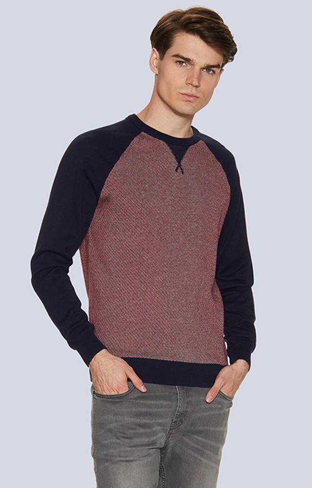 Lekki, dopasowany sweter z mikrowzorem