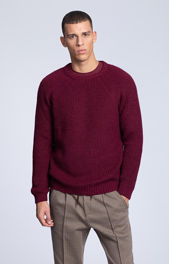 Gruby sweter o ribowym splocie
