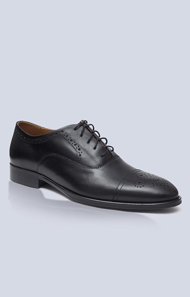 Skórzane buty typu Oxfordy z perforacjami, klasyczne do garnituru