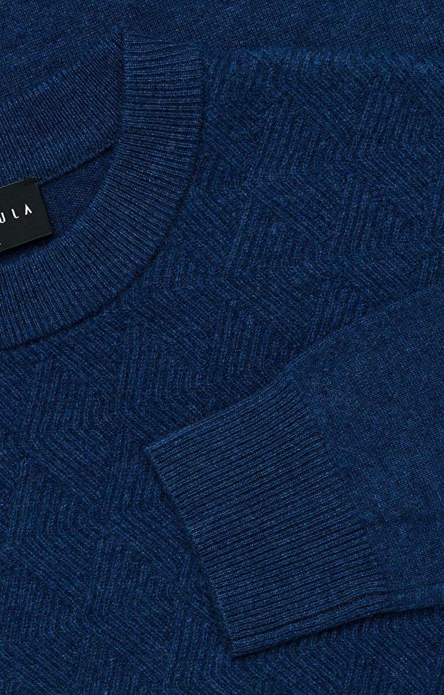 Lekki, wełniany sweter o wyraźnym splocie