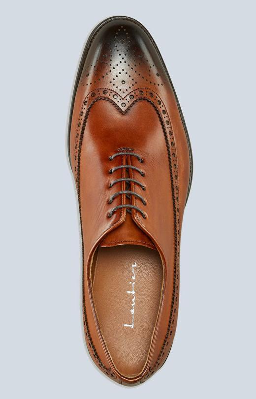 Skórzane buty typu oxford z perforacjami, klasyczne do garnituru