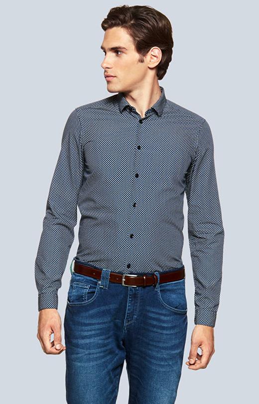 Dopasowana koszula w mikrowzór z kołnierzem kryte button-down