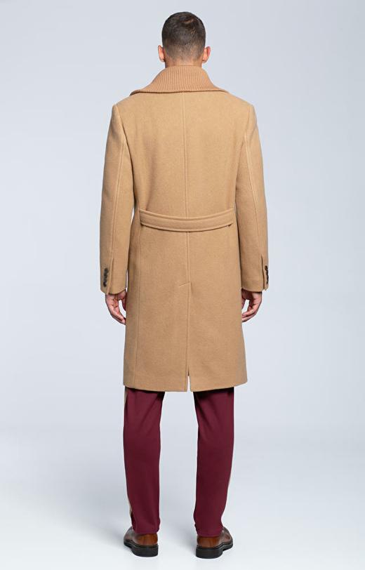 Dwurzędowy płaszcz wełniany z dzianinowym kołnierzem