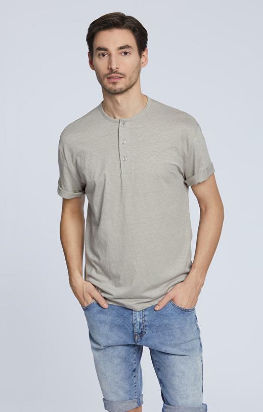 T-shirt z ozdobnymi guzikami