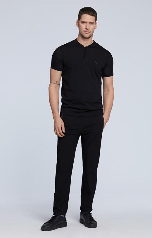 T-shirt ze stójką oraz gumowanymi guzikami