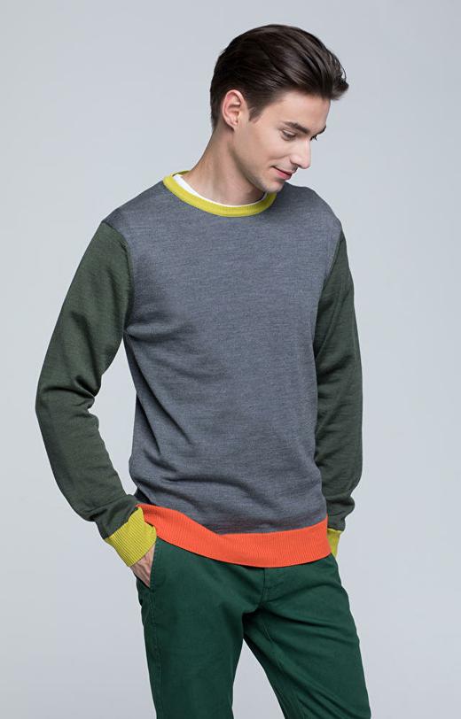 Lekki, wełniany sweter z kolorowymi elementami