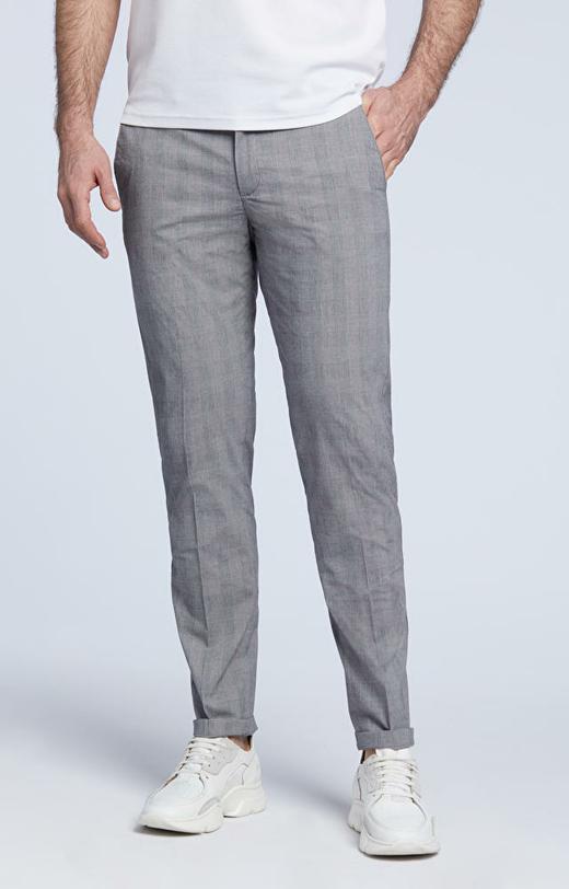 Dopasowane spodnie w kratę