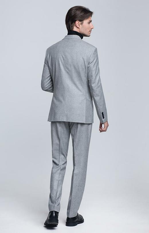 Dopasowany garnitur wełniany w kratę